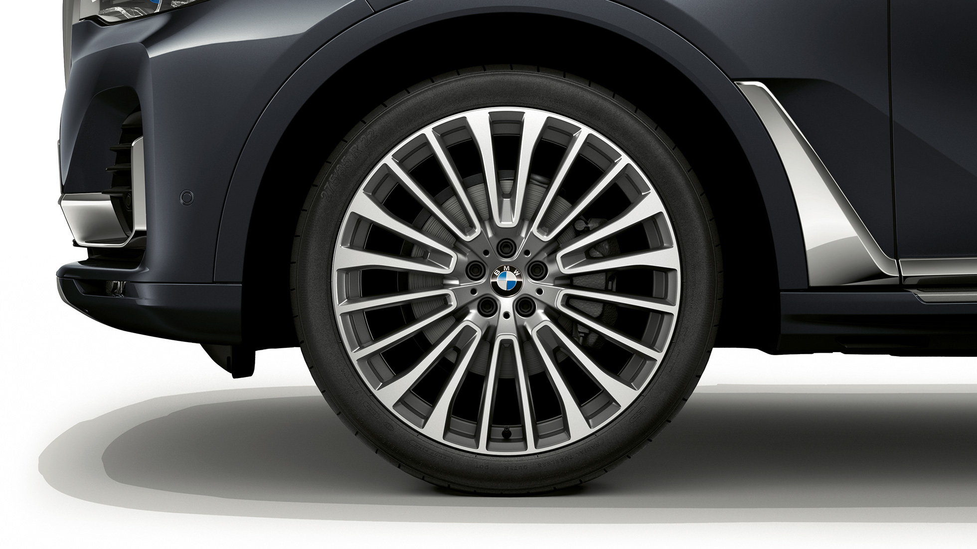 Close-up of the light alloy wheel of the BMW X7 with Design Pure Excellence features